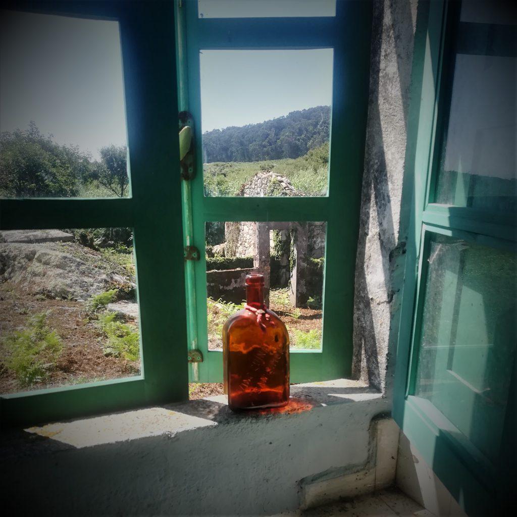 ventana con botella